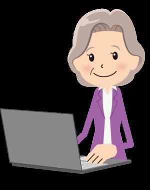 Femme à l'ordinateur et contente
