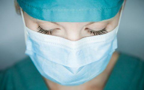 COVID-19 : les masques rendent la communication difficile avec les personnes sourd...