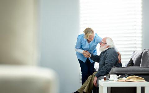 Sondage FADOQ: les aînés inquiets et mal desservis en soins