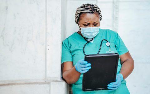 Pénurie de main-d'œuvre en santé : une série de mesures bien accueillie